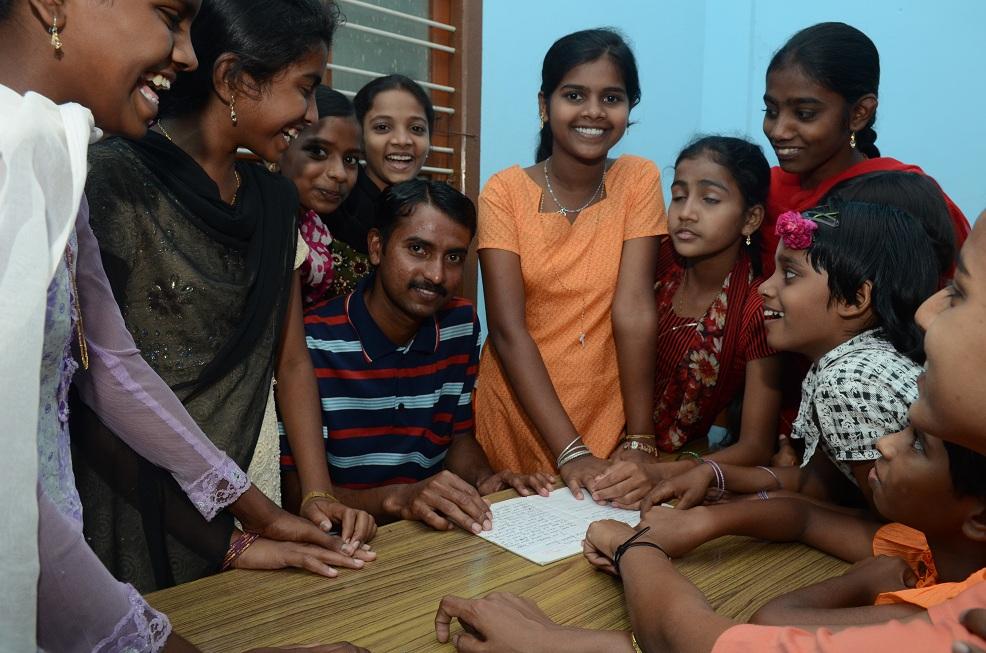 Mädchen in Anugraha mit Nachhilfelehrer Prashanth (Fach Englisch)