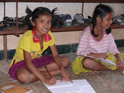 Zwie Mädchen in Anugraha bei den Hausaufgaben