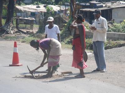 Frauen erledigen häufig die schwersten körperlichen Arbeiten, selbst im Straßenbau.