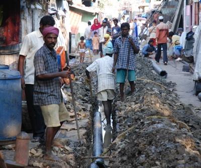 In Slums, die zum Teil seit vielen Jahren bestehen, werden nachträglich Abwasserleitungen verlegt, wie hier in Malwani, einem großen Slum in Mumbai (früher Bombay)
