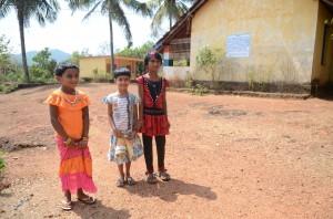 Erstklässlerinnen aus Anugraha vor ihrer Grundschule
