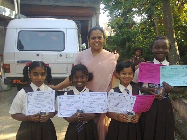 Schwester Severin und unsere Mädchen aus Shanti Dhama zeigen stolz ihre Urkunden und Pokale.
