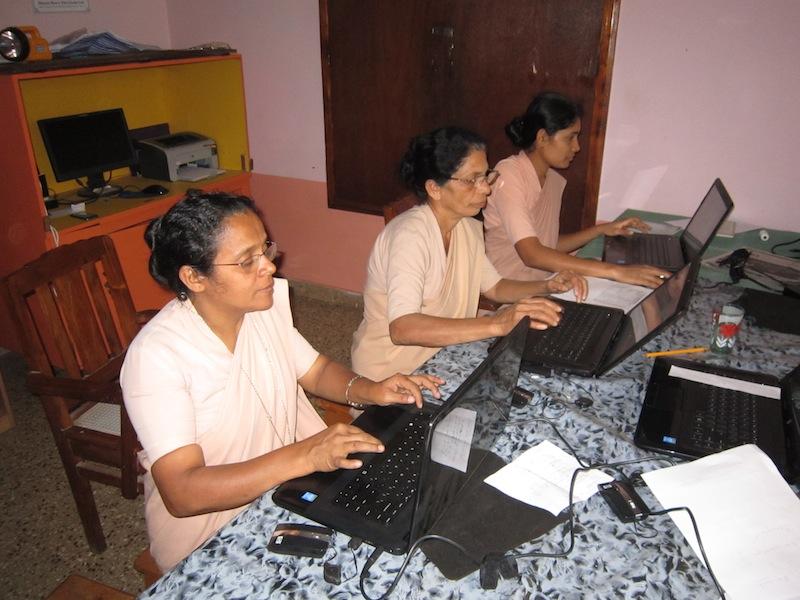 Schwestern in Shantidhama beim Computertraining