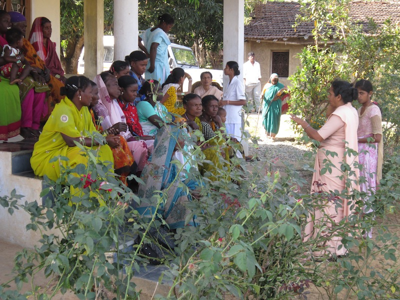 Sister Severine spricht zu einer Frauengruppe in einem Siddi-Dorf