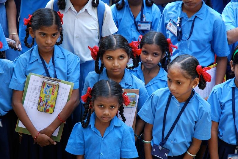 Adivasi-Mädchen in Dadra in Schuluniform