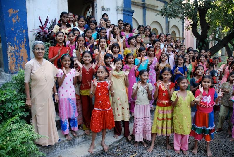Schwester mit Adivasi-Mädchen von dem Heim Balwatika in Dadra