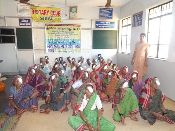 Schwester in Gundoli mit operierten Frauen