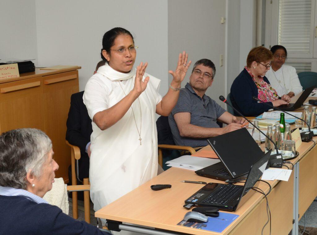 Sister Stella spricht in Berlin zu rund 35 Vertretern der deutschen Helfervereine