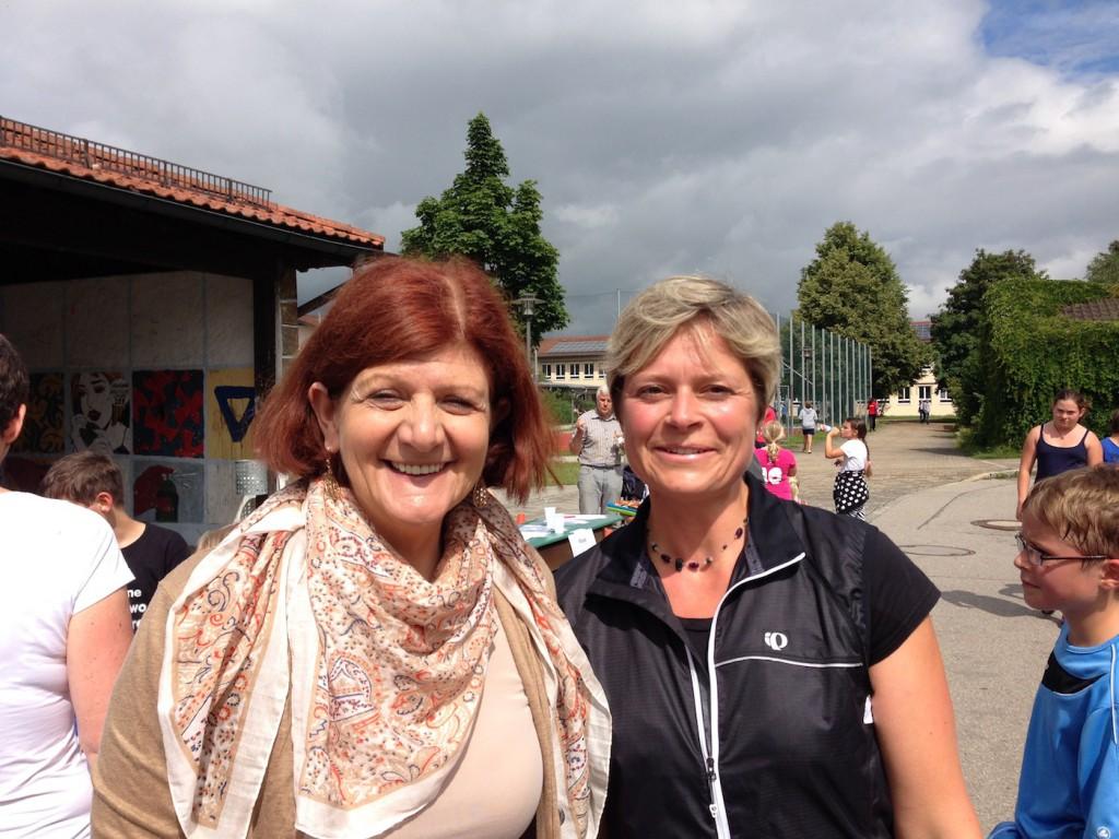 Eva Siglbauer, Rektorin in Fridolfing (links) und Sabine Kronbichler, Vorsitzende des Elternbeirats der Grundschule, die selbst einen knappen Halbmarathon mitlief.