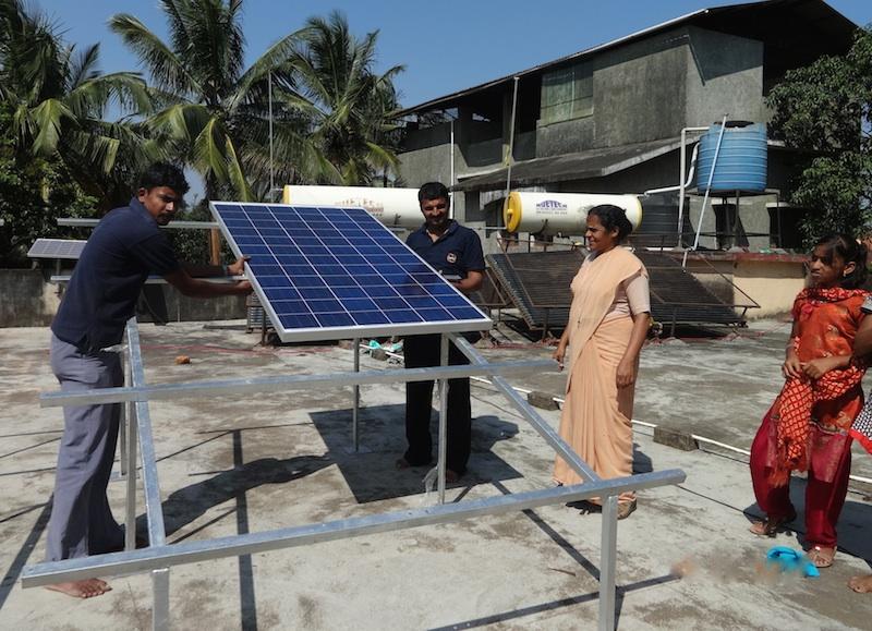 Installation der Solaranlage in Shanti Dhama