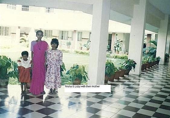 Lizzy (rechts) mit ihrer Mutter und Schwester 1999