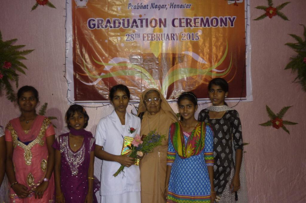 Lizzy auf ihrer Abschlussfeier, rechts Schwester Kalyani