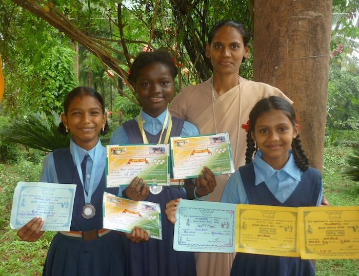 Stolz präsentieren die Preisträgerinnen ihre Urkunden