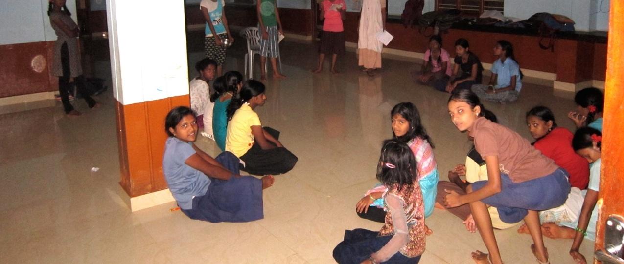 Betterplace: Tische und Stühle für Anugraha
