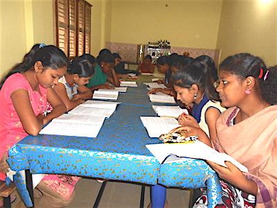 College Mädchen in Premanjali lernen abends gemeinsam im Internat