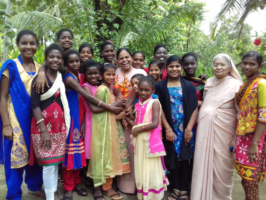 Sister Philomena inmitten der Mädchen in Anugraha