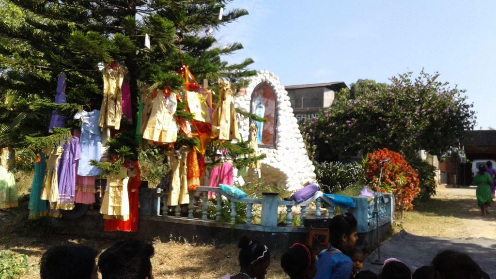 Kleider im Weihnachtsbaum in Shanti Dhama