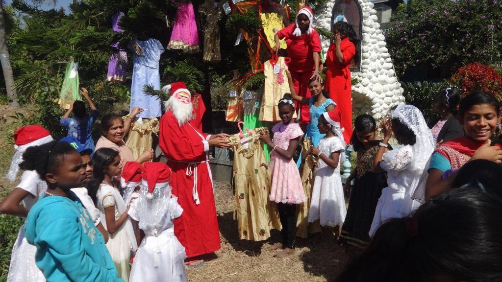 Der Weihnachtsmann übergibt die neuen Kleider