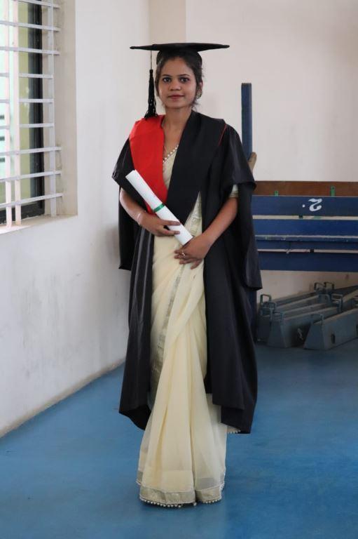 A. hat ihr dreijähriges Wirtschaftstudium als Beste des gesamten College abgeschlossen