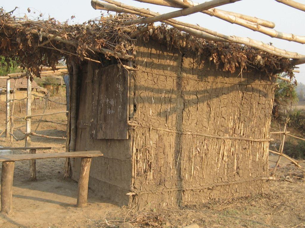 Typische Behausung in den ärmlichen Dörfern der Adivasi (indischen Ureinwohner).