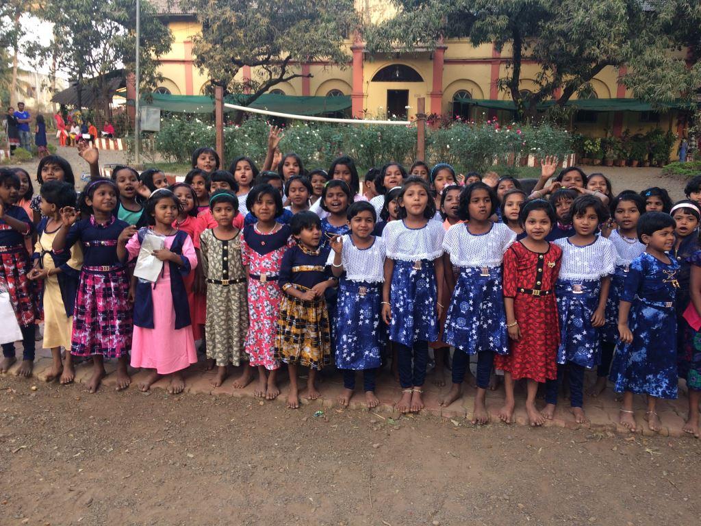 Gemeinsames Singen macht den Mädchen besondere Freude.