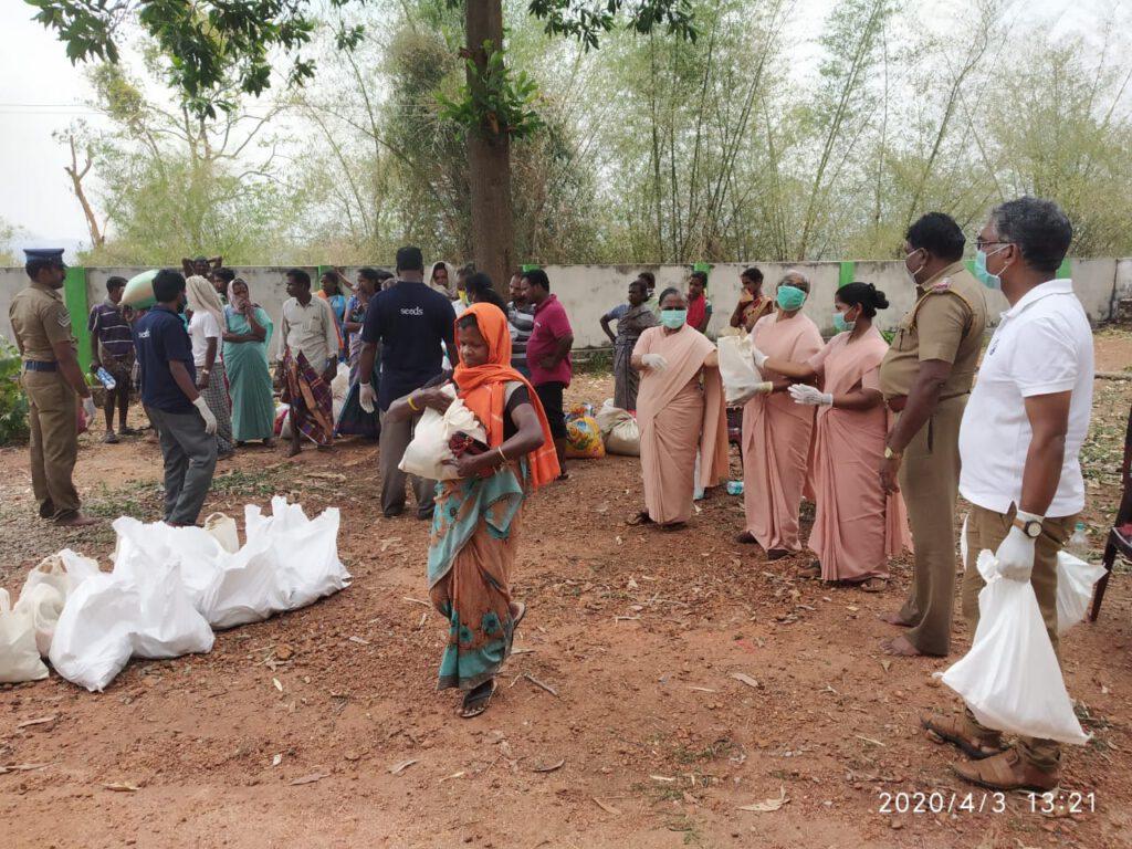 Die Schwestern verteilen Lebensmittelpakete an bedürftige Familien in abgelegen Dörfern