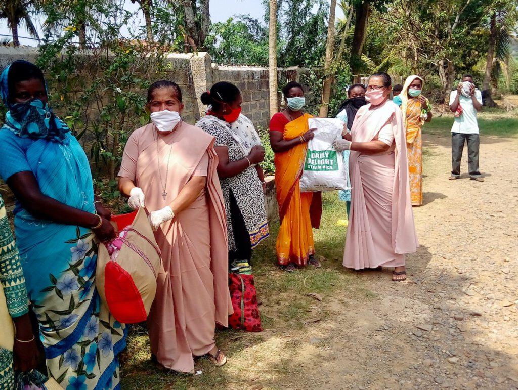 Die Helpers of Mary in Shantidhama geben Nahrungsmittel an Dorfbewohner aus