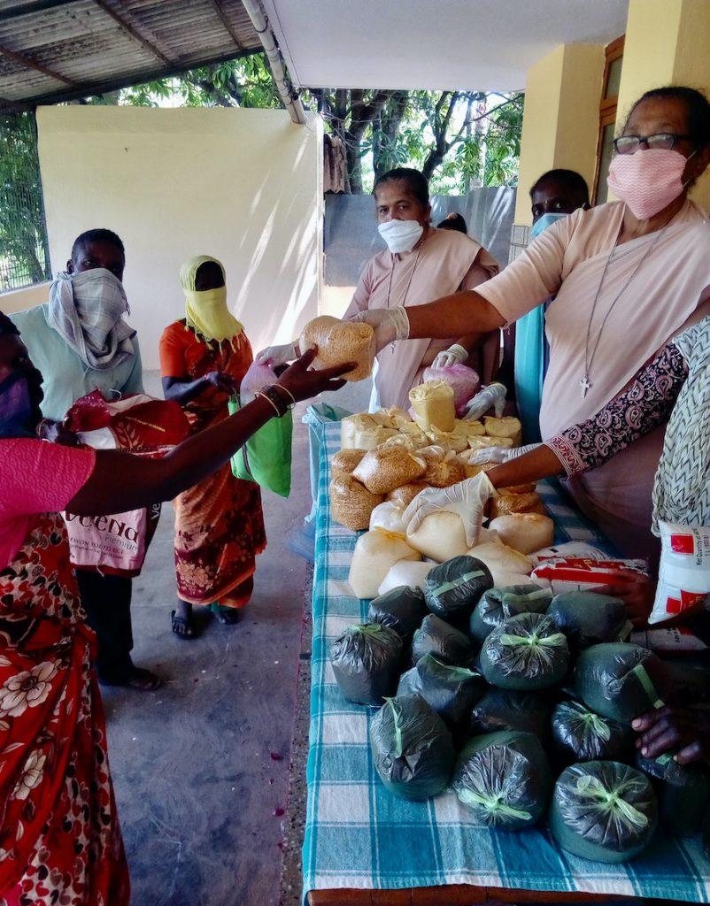 Die Menschen erhalten rationierte Pakete mit u.a. Reis, Dal, Linsen und Zwiebeln.