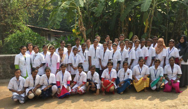 Gruppenbild der 50 Mädchen, die in diesem Jahr die Prüfung erfolgreich absolviert haben.