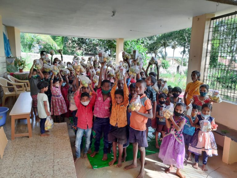 400 Kinder erhalten Corona Hilfe in Form von Lebensmittelpaketen